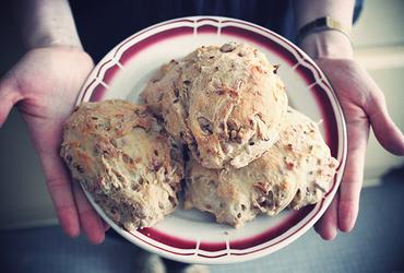 L'odeur du pain, petits pains gourmands lard et oignons pour la route des vacances