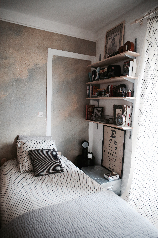 Partager une chambre à 12, dans un mini appartement   Et Dieu Créa